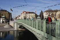 Pražský most přes řeku Labe v centru Hradce Králové.