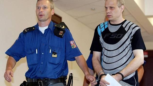Stanislav Strnad (vpravo) se u soudu zodpovídá z pohlavního zneužívání.