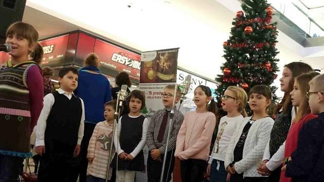 Tradiční dobročinná akce Stromeček splněných přání zahájená hradeckým primátorem města Zdeňkem Finkem a talentovanými malými zpěváky s koledami.