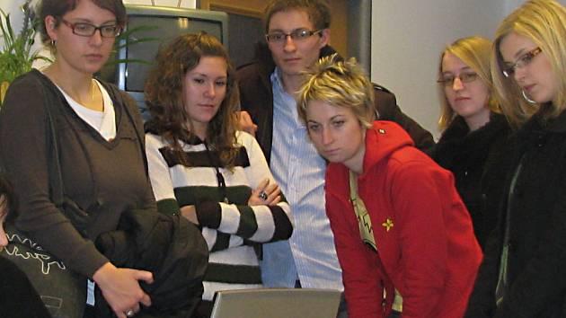 Studenti hradecké university, budoucí žurnalisté, se přišli podívat do vydavatelského domu v Kladské, jak se dělají noviny