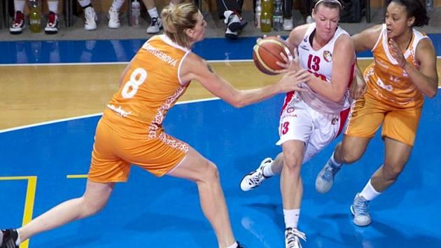 Uprostřed hradecká basketbalistka Klára Pochobradská.