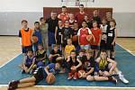 Mladí basketbalisté Královských Sokolů si trénink se dvěma extraligovými hráči užili.
