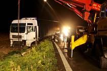 Havárie polského kamionu Man na nadjezdu u Nového Města na Hradecku.