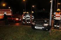 Dopravní nehoda dvou osobních automobilů na křižovatce hradeckých ulic Chelčického a Haškova.