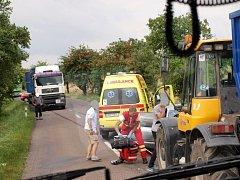 Střet osobního automobilu s traktorem poblíž obce Skochovice.