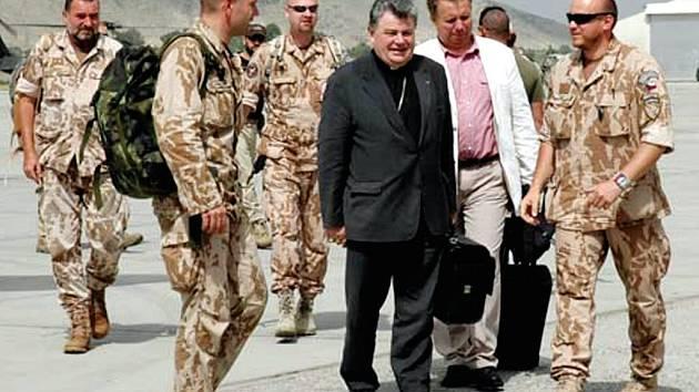 Biskup Dominik Duka mezi vojáky na misi v Kábulu
