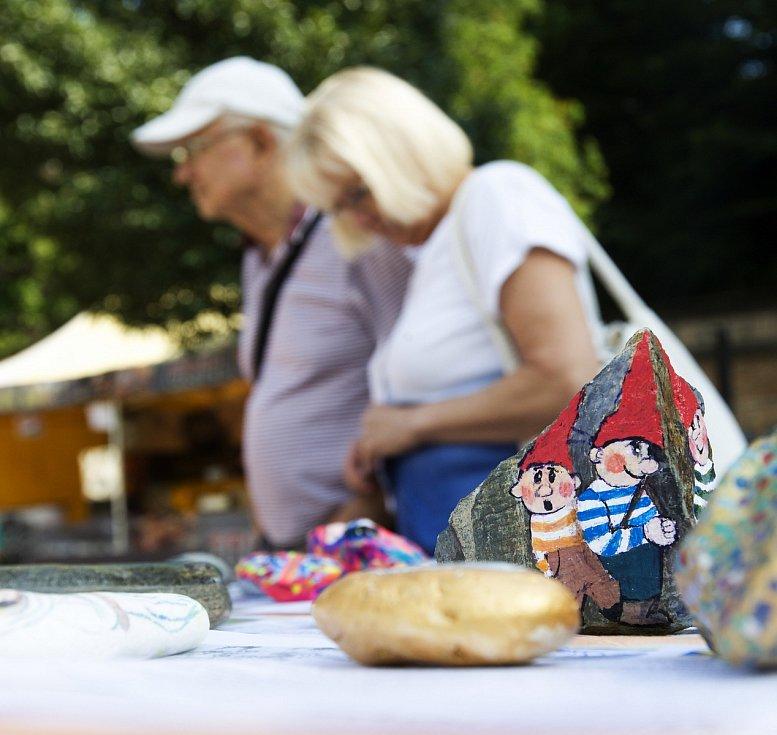 Prodej malovaných kamenů v hradeckých Žižkových sadech.