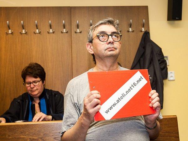 Skupina obžalovaná zvýroby dětské pornografie uKrajského soudu vHradci Králové.