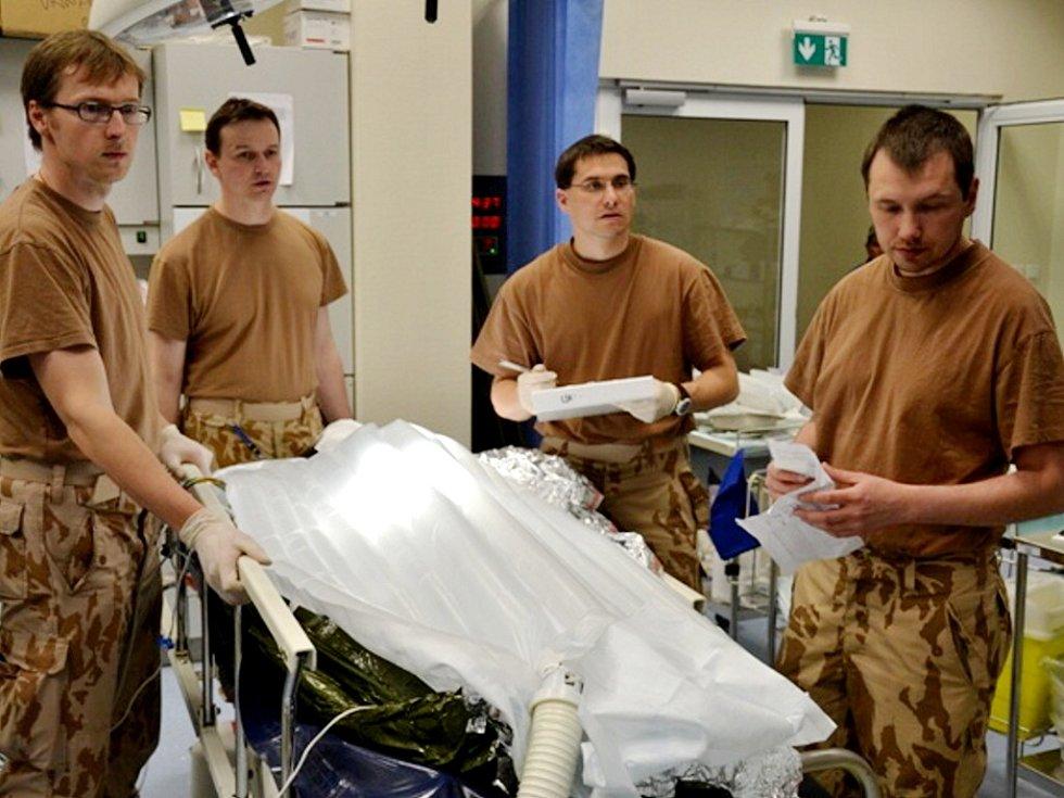 Český tým chirurgů a zdravotnického personálu v akci v Afghánistánu.