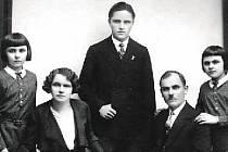 Karel Nesnídal se svými rodiči a sestrami.