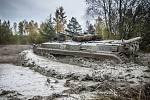 Těžká vojenská technika v lokalitě přírodní památky Plachta v Hradci Králové.