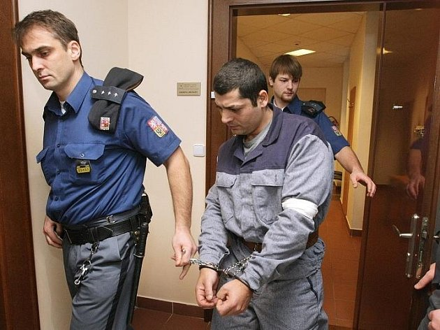 Spor mezi Romy, který mohl ve Smiřicích skončit smrtí nebo těžkými zraněními, řeší od pondělí 7. prosince královéhradecký krajský soud.