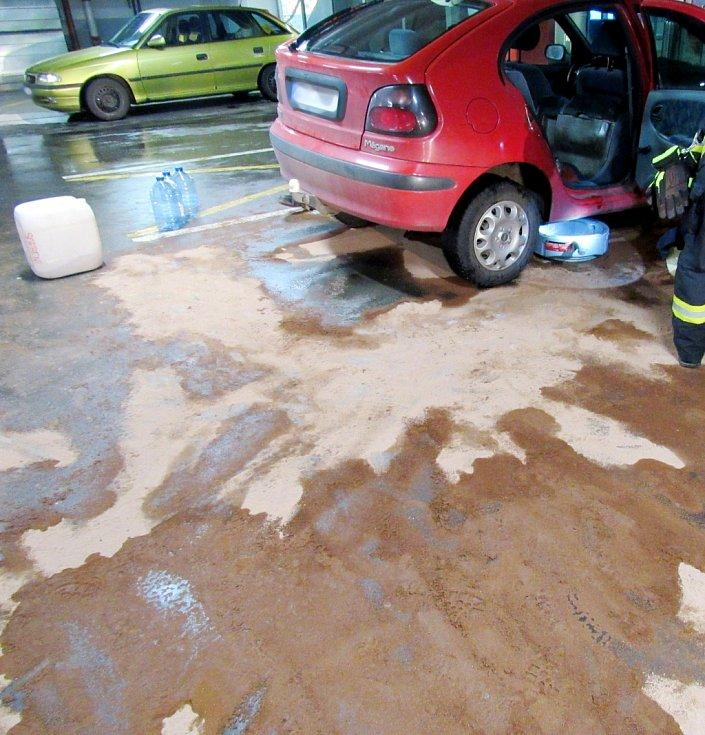 Únik pohonných hmot z automobilu v garážích nákupního centra na Brněnské ulici v Hradci Králové.