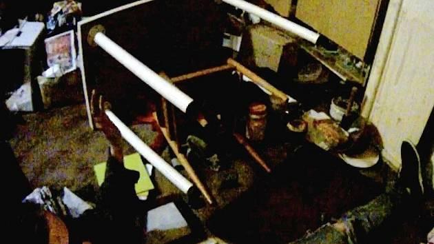 Muž ve zdemolovaném bytě své matky.