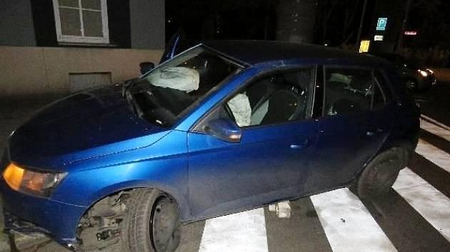Osobní automobil po havárii na hradecké Pospíšilově třídě.