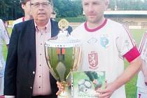 S trofejí - bydžovský kapitán Jan Věchet převzal od hejtmana Lubomíra France pohár pro vítěze.