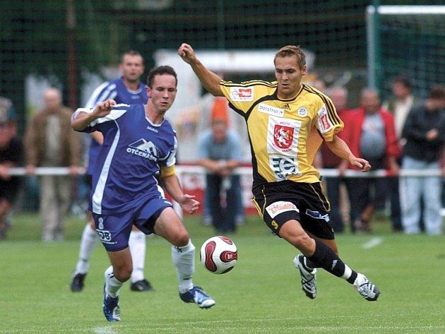 Týniště - FC Hradec 0:1. Na snímku je souboj o míč v podání Davida Černého (vlevo) a hradeckého Vlastimila Karala.