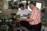"""""""KUCHYNĚ JE SRDCEM RESTAURACE,"""" říká majitel Milan Borek. Přijít a ochutnat, co dobrého kuchař navařil, je pro něj radost."""