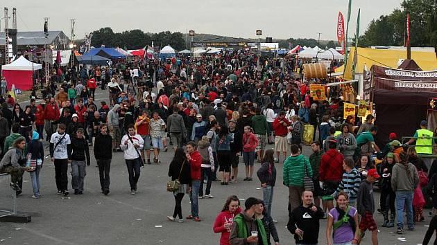 Atmosféra na festivalu Rock for People, pondělí 5. července 2010.