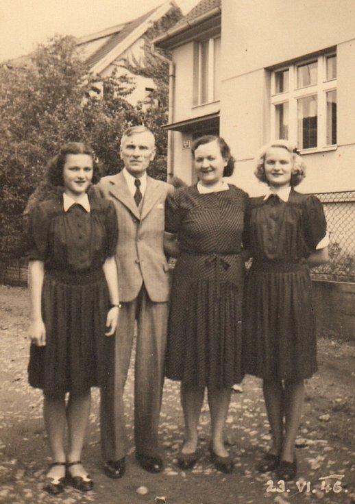 Rodina Brůnova, Blanka stojí první zleva.