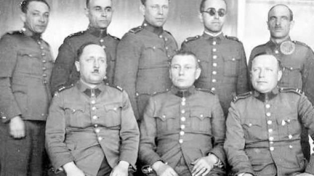 Příslušníci četnické pátrací stanice r. 1937. (sedí zleva: prap. V. Jaroš, vrch. strážm. J. Šiktanc a štáb. strážm. J. Němec; stojí zleva: štáb. strážm. B. Pomezný, štáb. strážm. J. Turko, strážm. J. Jiroušek, strážm. V. R. Jarý a štáb. strážm. J. Ambrož)