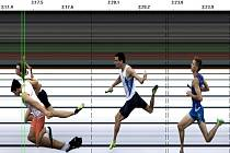 Cílová fotografie štafetového běhu na 4x 400 metrů.