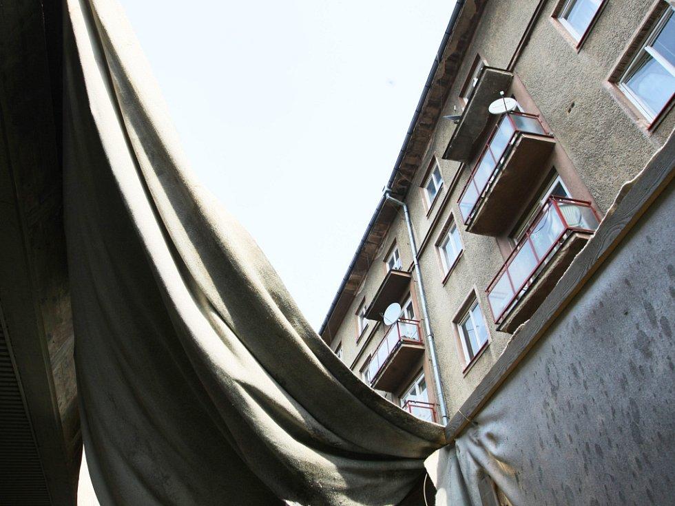 Stěny pomohou od hluku, zato teď lidi sužuje prach