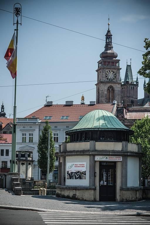 Kiosek na Pražském mostě v centru Hradce Králové.