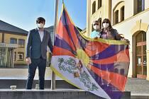 Před magistrátem i krajským úřadem vlaje tibetská vlajka