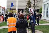 V Hradci demonstrovalo proti Zemanovi asi 250 lidí