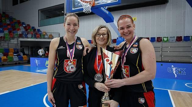 Hradecká trenérka Romana Ptáčková se stříbrnou medailí a pohárem po boku hráčských opor Kláry Marečkové (vlevo) a Andrey Klaudové.