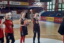 O zápasech se teď může mladým basketbalistkám hradeckého Sokola jenom zdát.