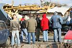 Bouře utrhla na jednom z domů v ulici Pod Zámečkem střechu, která spadla na přilehlý rodinný dům.