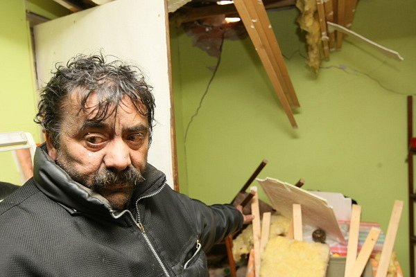 Milan Bogol uprostřed sutin. Jeho dům zničila střecha, která se utrhla z blízké budovy.