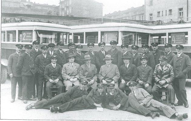 PRVNÍ ZAMĚSTNANCI do na dvoře autodrah ve Škroupově ulici čp. 726vroce 1929, uprostřed (sbrýlemi) se nachází ředitel Ervín Nápravník.