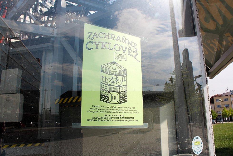 Provoz skončí ke dni 31. května, hlásá cedule na cyklověži. Na věži přibyly i letáky, které vyzývají k podepsání petice za její záchranu.