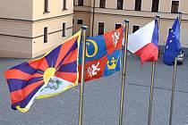 Již počtvrté v historii Královéhradeckého kraje byla vyvěšena na oficiálním stožáru na nádvoří krajského úřadu tibetská vlajka. Kraj se tak opět připojil k symbolické vzpomínce na protičínské povstání v Tibetu v roce 1959.