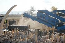 Američané zabavenou slonovinu rozdrtili na prach a vyslali zprávu, že nelegální obchod trpět nebudou.