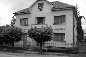 """Historie obce sahá až do roku 1297, kdy byla ve vlastnictví zemanů Buzka, Všeslava a Křišťana ze Zachrašťan. Sídlili na tvrzi, která stála jižně od vsi v lukách, na pahrbku nazývaném """"Hrubý kopec."""""""