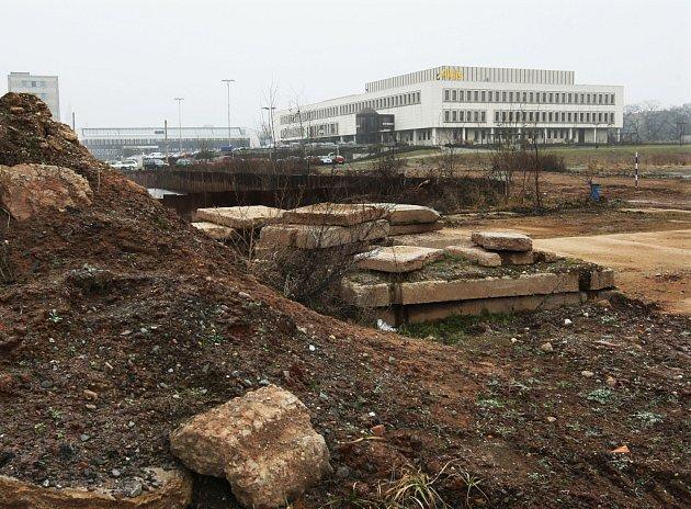 PROKLETÁ PŮDA. Firma Betonstav převzala projekt od společnosti Mera. Ta po vykopání základové jámy zkrachovala