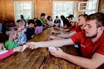 Hokejisté hradeckého Mountfieldu na návštěvě dětského tábora Eldorádo.