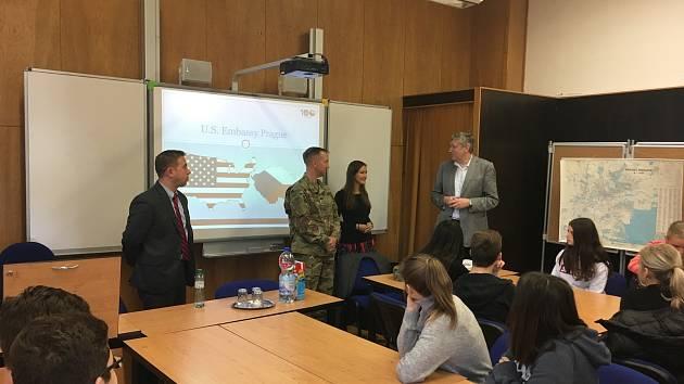 Diplomati USA přednášeli studentům gymnázia.