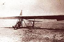 Kluzák typu Zögling s plachtařem Lubomírem Riesem, který se stal prvním učitelem.
