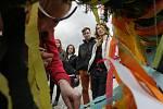 Vztyčení májky na hradeckém Masarykově náměstí v rámci studentských oslav.