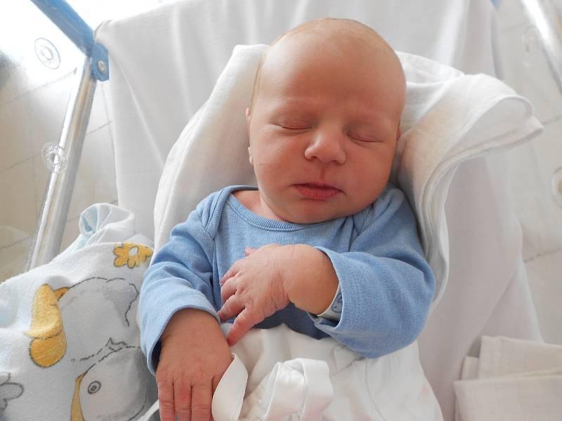 JIŘÍ VLČEK poprvé vykoukl na svět 1. října ve 20.22 hodin. Měřil 51 cm a vážil 3690 g. Nějvětší radost udělal svým rodičům Evě Seibertové a Jiřímu Vlčkovi z Kvasin. Tatínek byl u porodu velmi statečný.