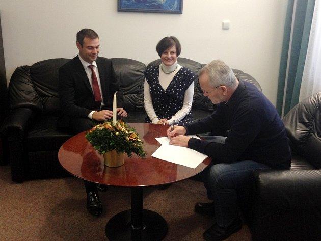 Podpis smlouvy od zaintersovaných stran.