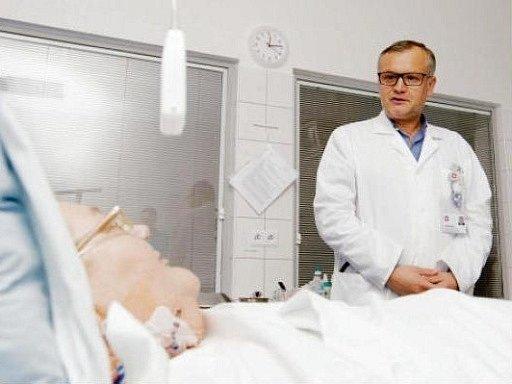 Přednosta kliniky Pavel Červinka u pacientky.