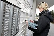 Roznášení obálek s hlasovacími lístky pro prezidentské volby v Hradci Králové.
