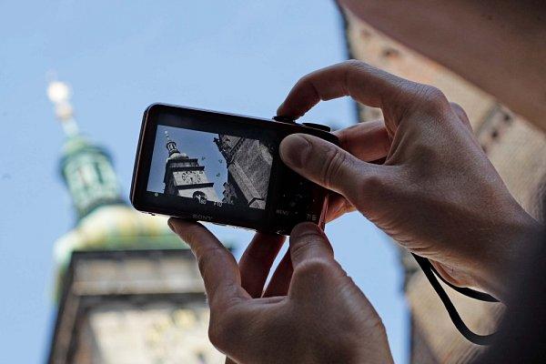 Bílá věž si trvale drží pozornost turistů, kteří si zákonitě chtějí po dovolené nechat také nějaký obrázek na památku. Však vystoupali rovných 233schodů, a to už je výkon.