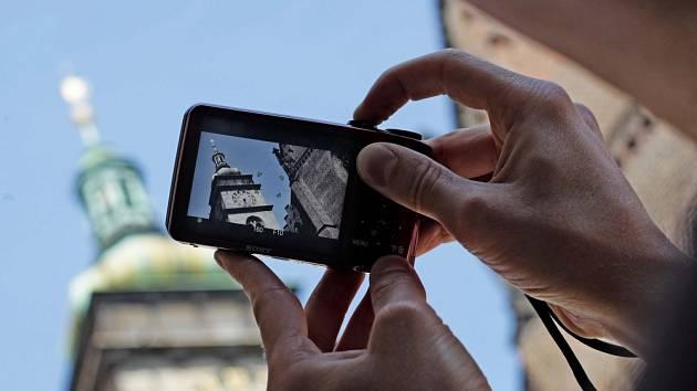Bílá věž si trvale drží pozornost turistů, kteří si zákonitě chtějí po dovolené nechat také nějaký obrázek na památku. Však vystoupali rovných 233 schodů, a to už je výkon.
